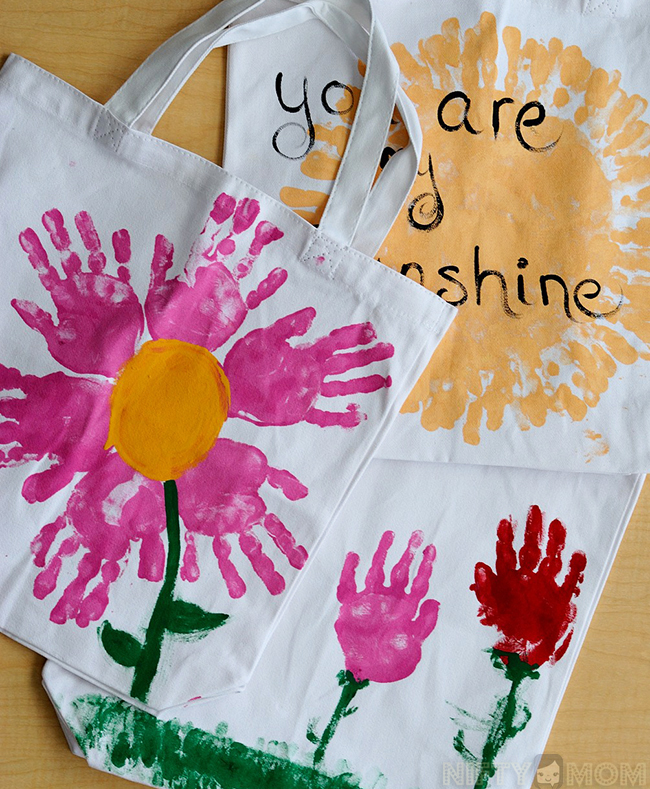 Mother's Day Gift Idea - Handprint Tote Bags - Easy gift idea from kids great for any holiday!