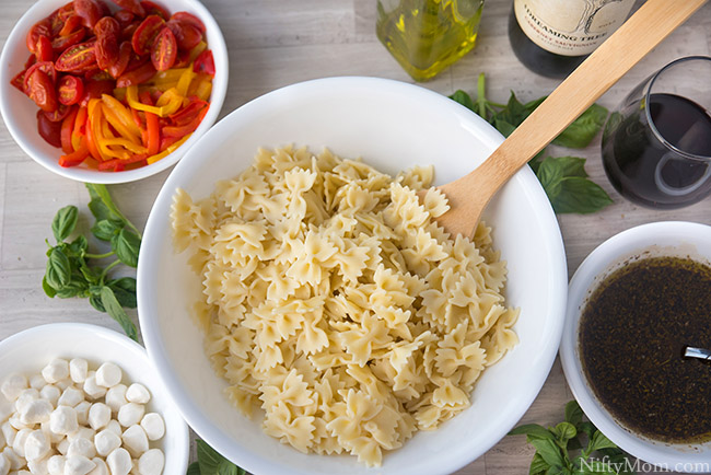 How to Make Roasted Pepper & Tomato Pasta Salad {Great for Picnics}